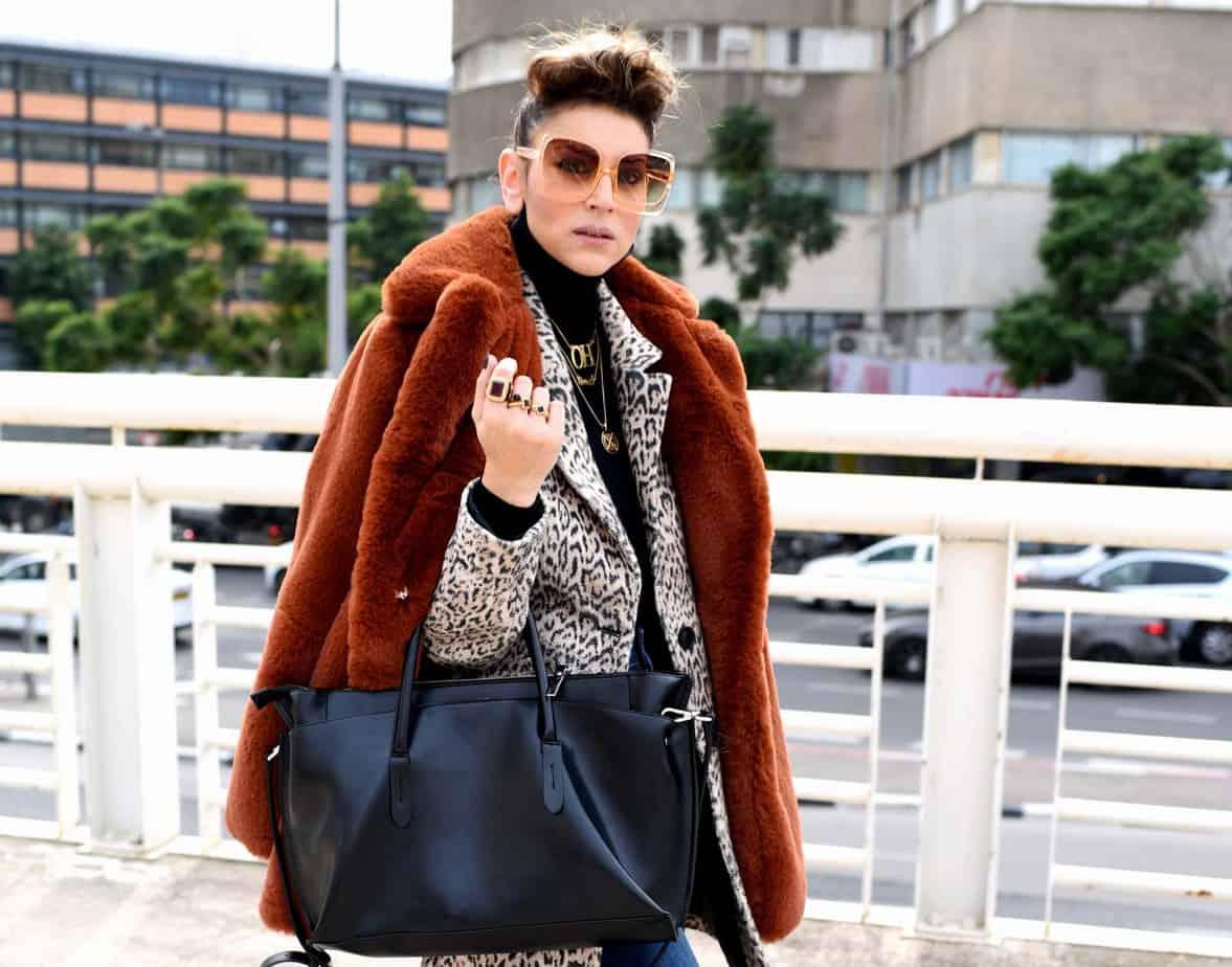 ג'ינס, גולף, מגפיים, תיק וטבעות: זארה | ז'קט מנומר ומעיל הפרווה (סינטטית כמובן) : ברשקה | משקפי שמש: private vintage collection |תכשיטים: שרשרת OH - @oro_wear_your_idea, שרשרת queenO – @jouloujewelry, שרשרת אותיות - @finem.jewelry. אורנה חיות. צילום: לימור יערי - 23