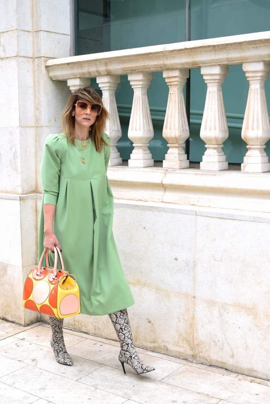 שמלה: @by Tai fahion dwsign (taitsror) | תיק: אוסף פרטי ממילאנו | משקפי שמש:private vintage collection | מגפיים: מנגו | טבעת OH: @oro_wear_your_idea אורנה חיות. צילום: לימור יערי