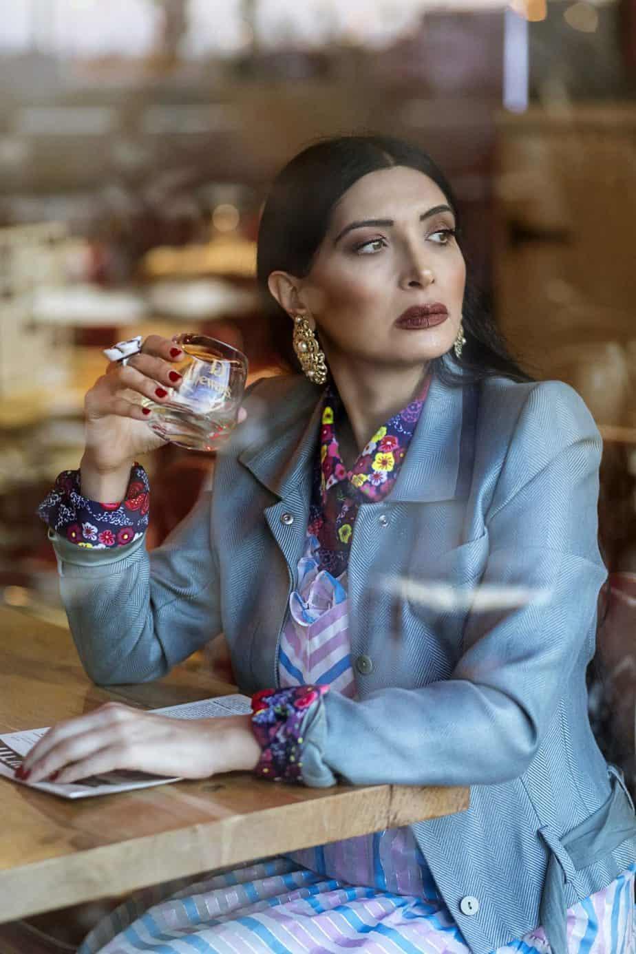 חולצה מודפסת שנות ה- 70, ג'קט של ג'ון גליאנו, מאיה אושרי כהן, אופנה שנות השבעים,צילום Gennadiy Tsodik