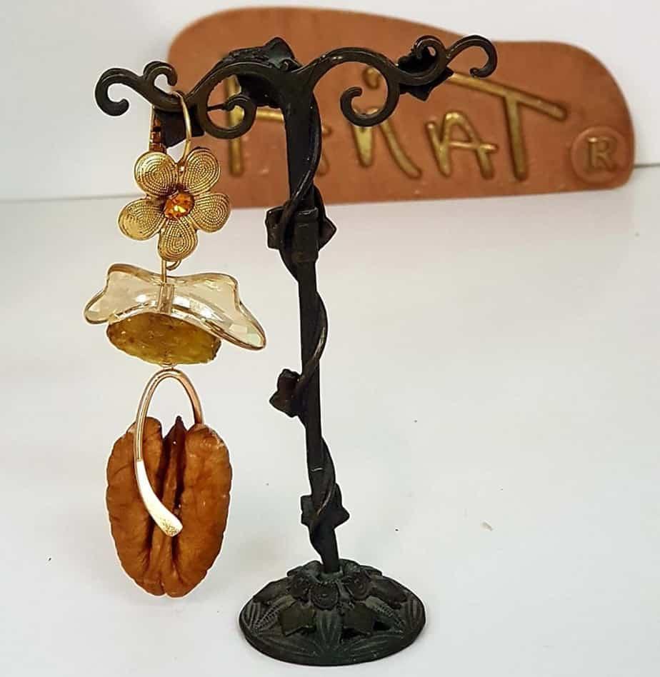 קולקצית תכשיטי פירות לטו בשבט של המעצבת ענת פרץ-עגילי פקאן-צילום יחצ