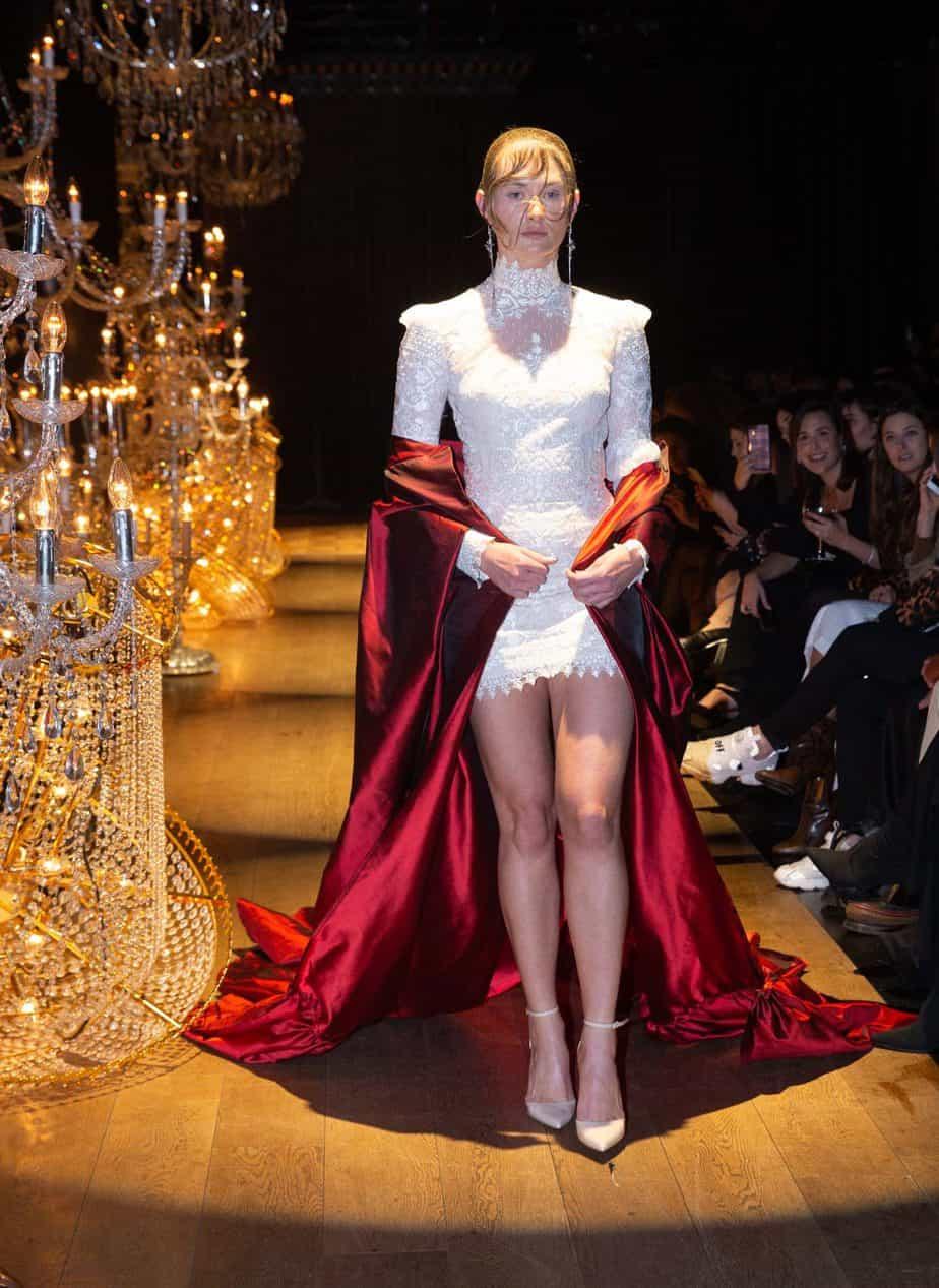 גלימות, צווארון גבוה וגימורי שרוולים המבליטים אלמנטים ויקטוריאניים. קיי קיי קוטור, צילום שגב אורלב7