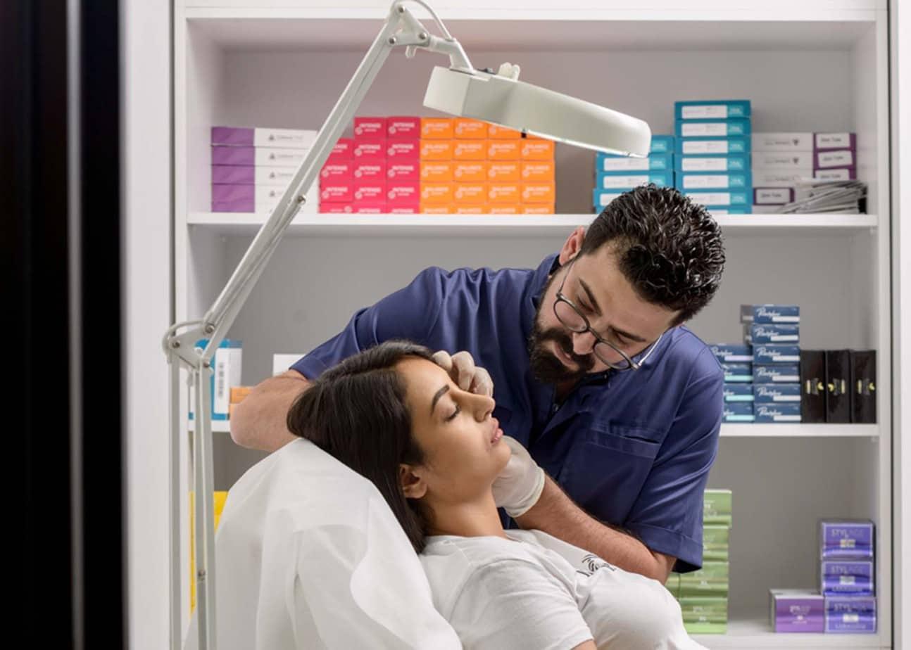 ד״ר מקסים סקסונוב בעת מתן טיפול סקין בוסטר. צילום: יח״צ
