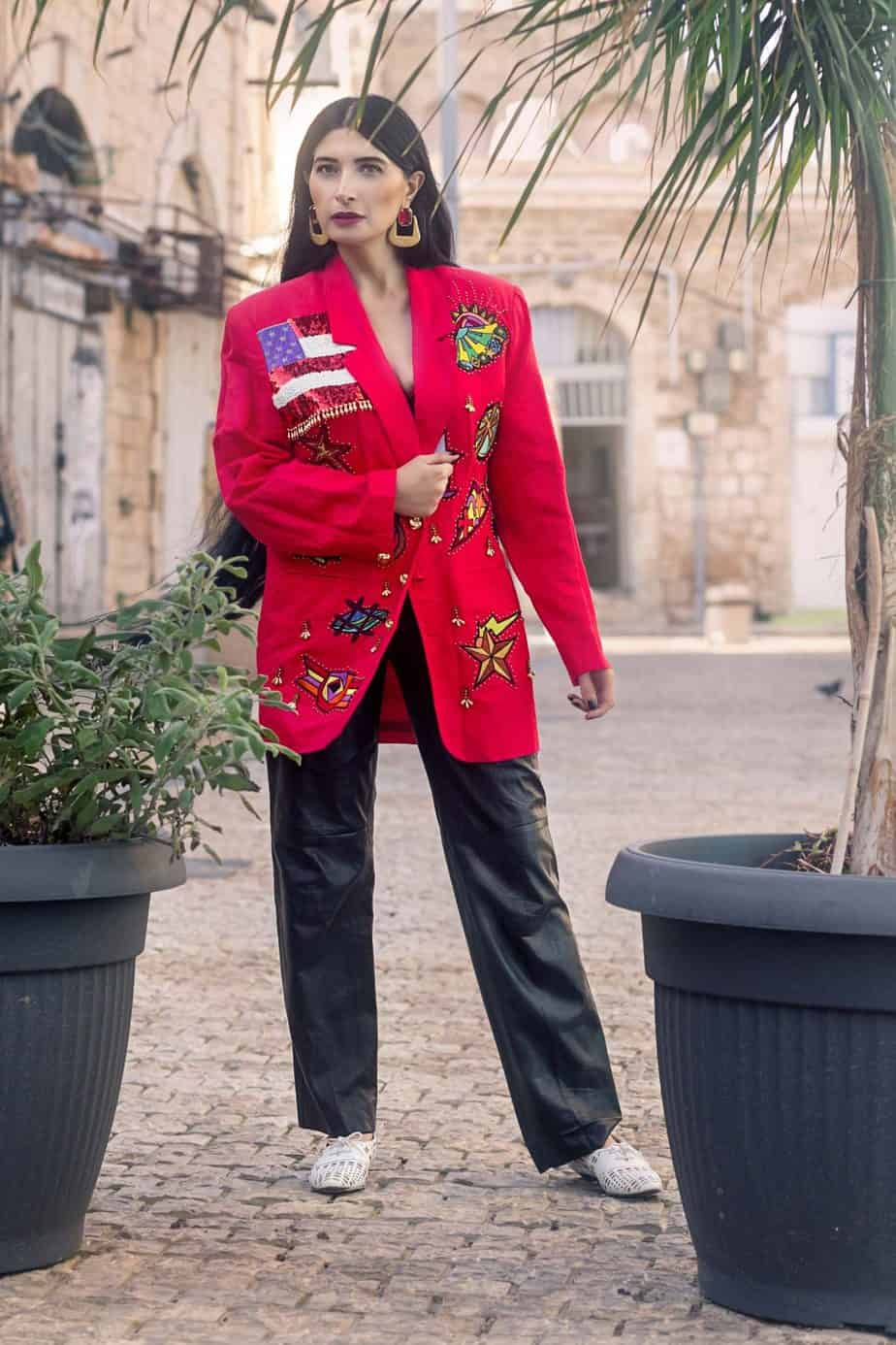ז'קט DAVID BOWIE מכנס עור ARMANI. מאיה אושרי כהן, צילום: Gennadiy Tsodik, אופנה במנהרת הזמן, לוני ויטג׳ -