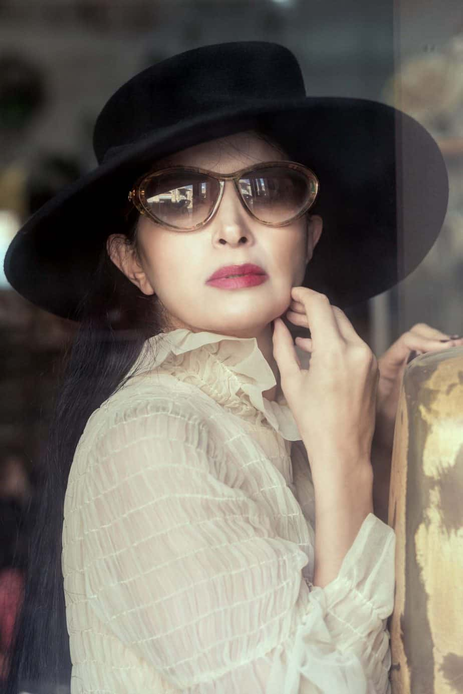 כובע Elizabeth Taylor, משקפיים Christian - grace kelly. מאיה אושרי כהן, צילום: Gennadiy Tsodik, אופנה במנהרת הזמן, לוני ויטג׳ -