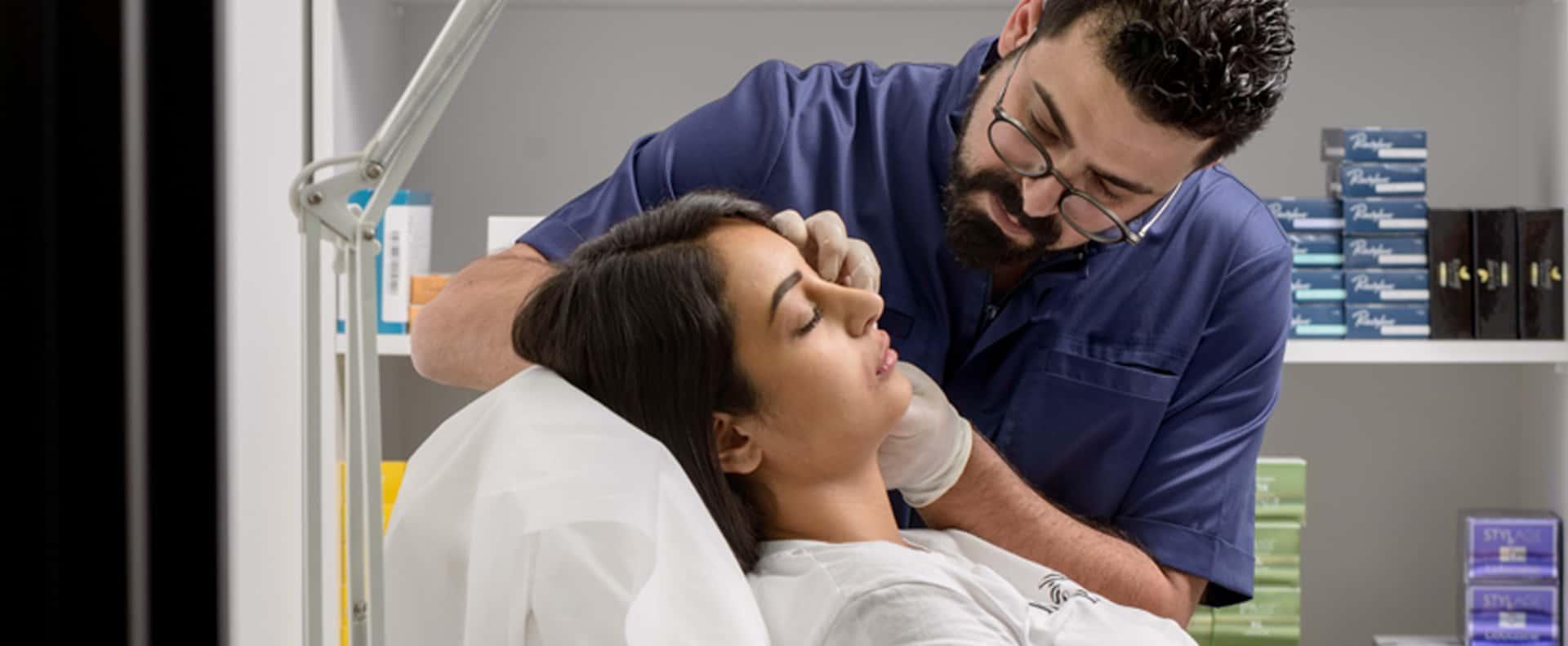 ד״ר מקסים סקסונוב בעת מתן טיפול סקין בוסטר. צילום: יח״צ-1