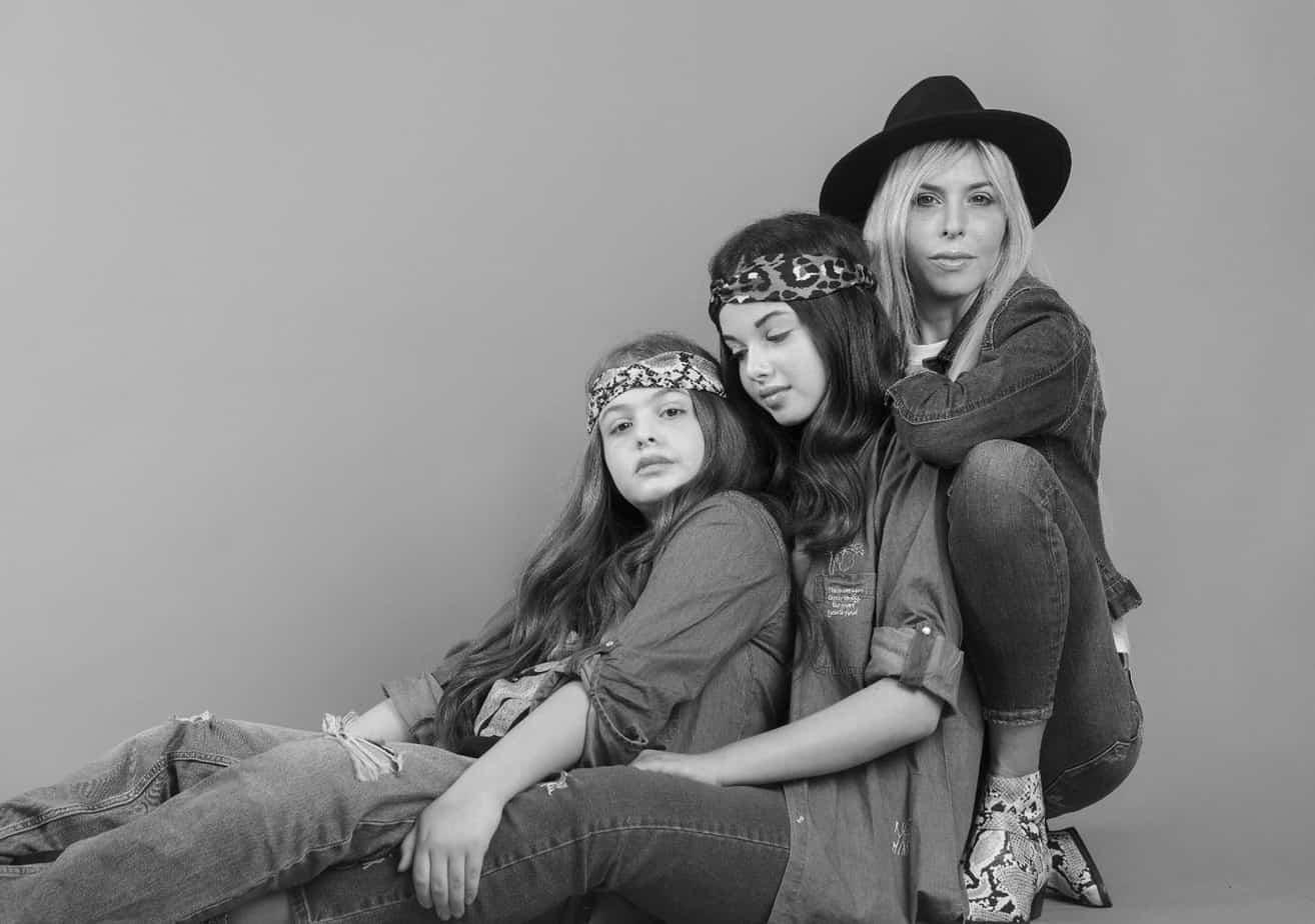 אורנה רביצקי: כובע וג׳ינס: זארה, טי שירט H&M, ג׳קט ונעליים: פול אנד בר. הבנות אור ואגם: חולצות וג׳ינס: קסטרו, סרטים לשיער: טופ טן. צילום שלומית איציק - Fashion Israel - מגזין אופנה