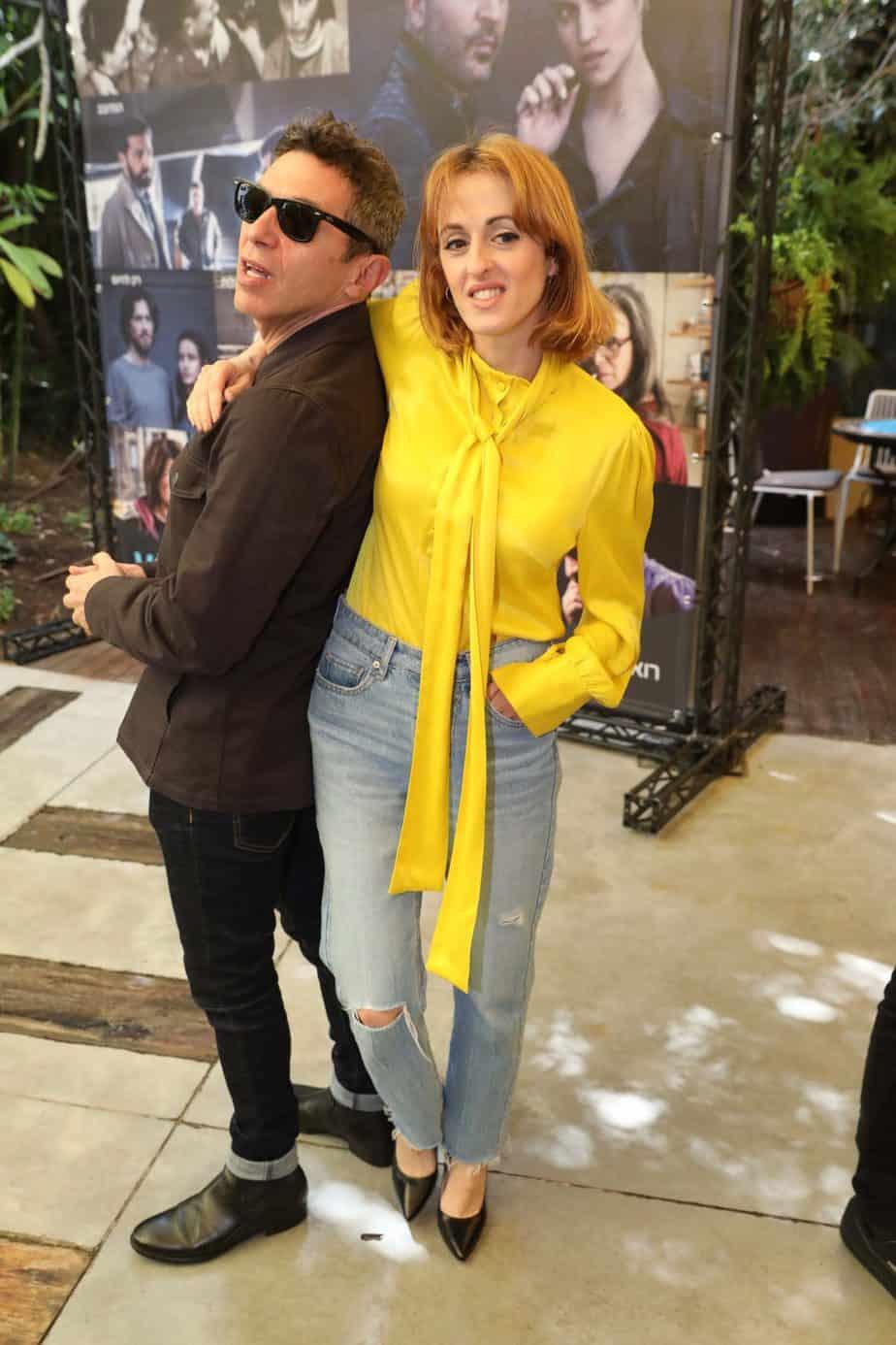 יובל ודנה סמו: מי אמר סטייל ולא קיבל? שאפו לשניכם, היא בג'ינס מאם וחולצה צהובה זוהרת והוא בחליפה קז'אולית עם קיפול ברגל, חברים : לגזור, להעתיק ולהדביק. צילום: רפי דלויה
