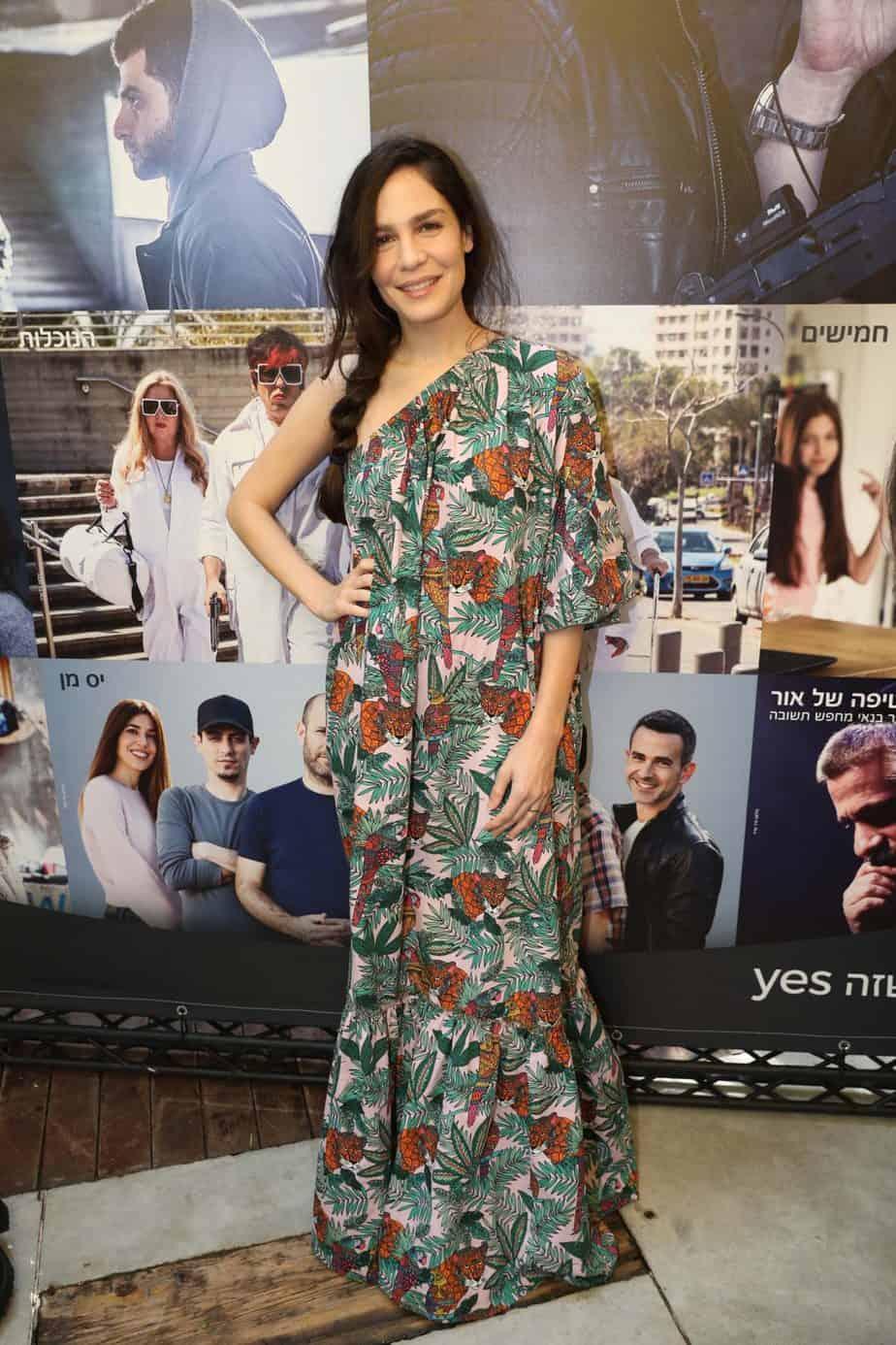 נטע גרטי: בשמלת אוף שולדרס ארוכה, מלאה בפרינטים מהג'ונגל היא ניצחה ובגדול, שאפו יקירה. צילום: רפי דלויה