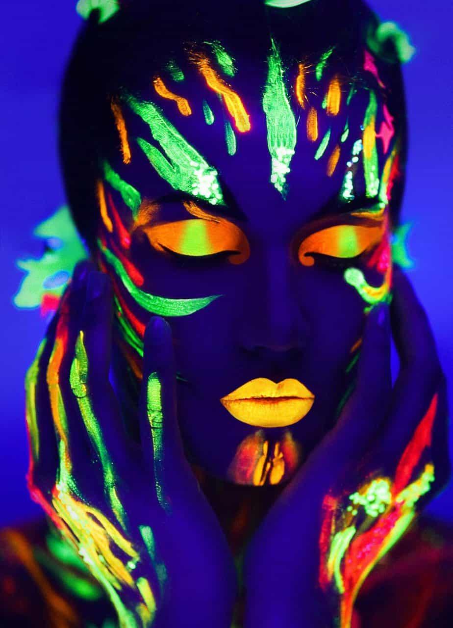 איפור בצבעי נאון של 'קמיון' בתאורה אולטרא סגולית צילום יח''צ 2019 - 3