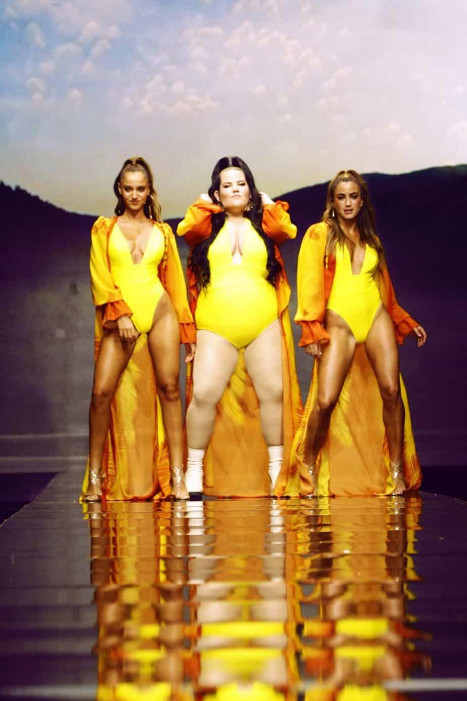 נטע ברזילי בבגד ים צהוב, נטע אלחמיסטר בבגד ים, בננהוט. שבוע האופנה תל אביב 2019. צילום עומר רביבי - 1466