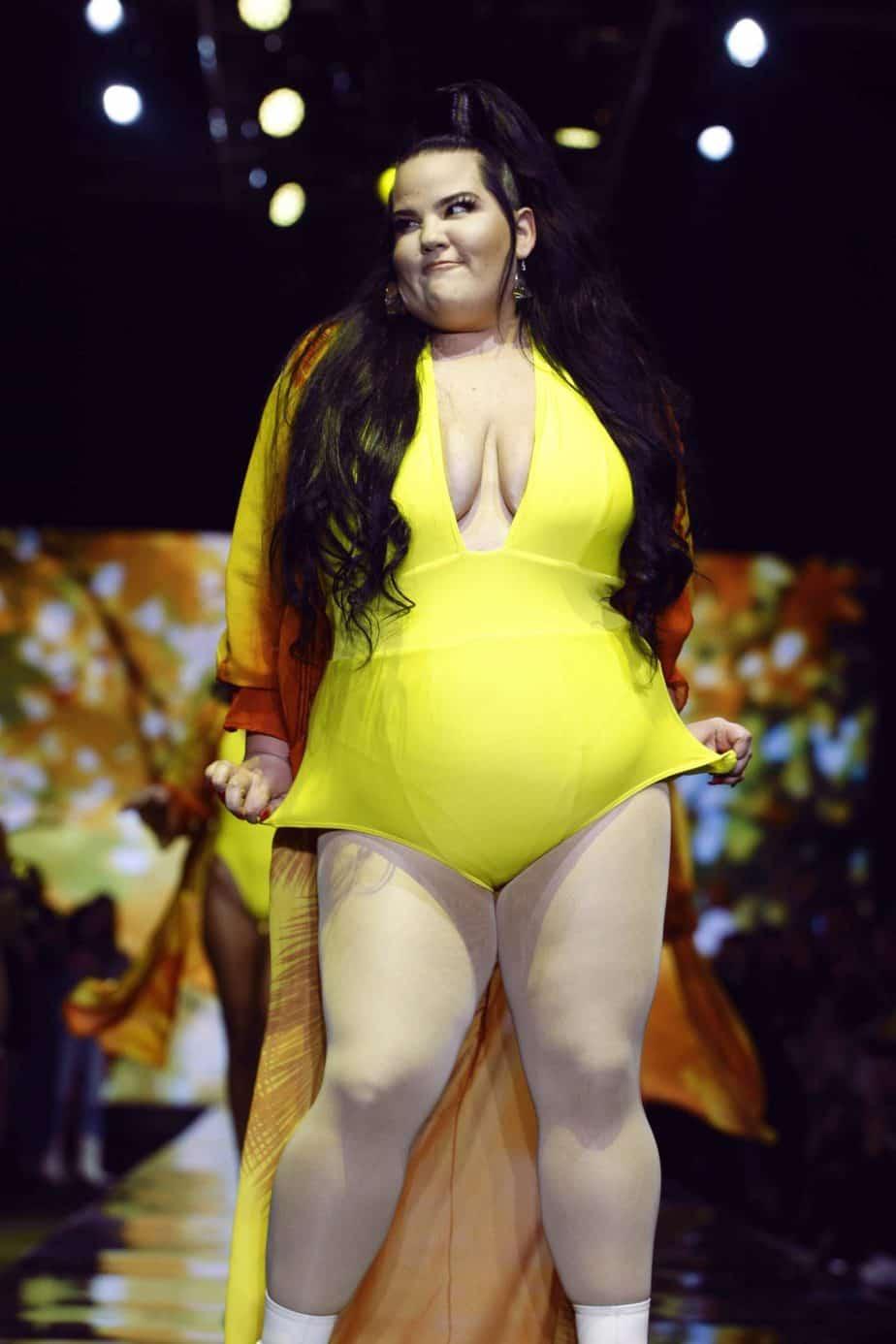 נטע ברזילי בבגד ים שלם צהוב. תצוגת בננהוט, שבוע האופנה תל אביב 2019. צילום: עומר רביבי