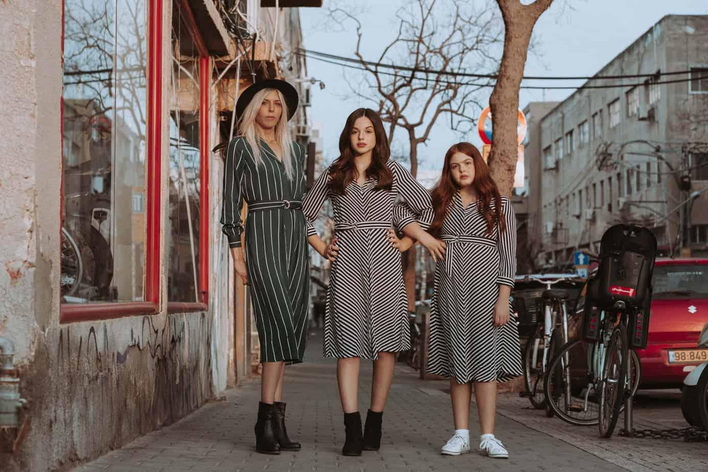 שמלות: H&M, כובע: מנגו. צילום: שלומית איציק - Fashion Israel - מגזין אופנה