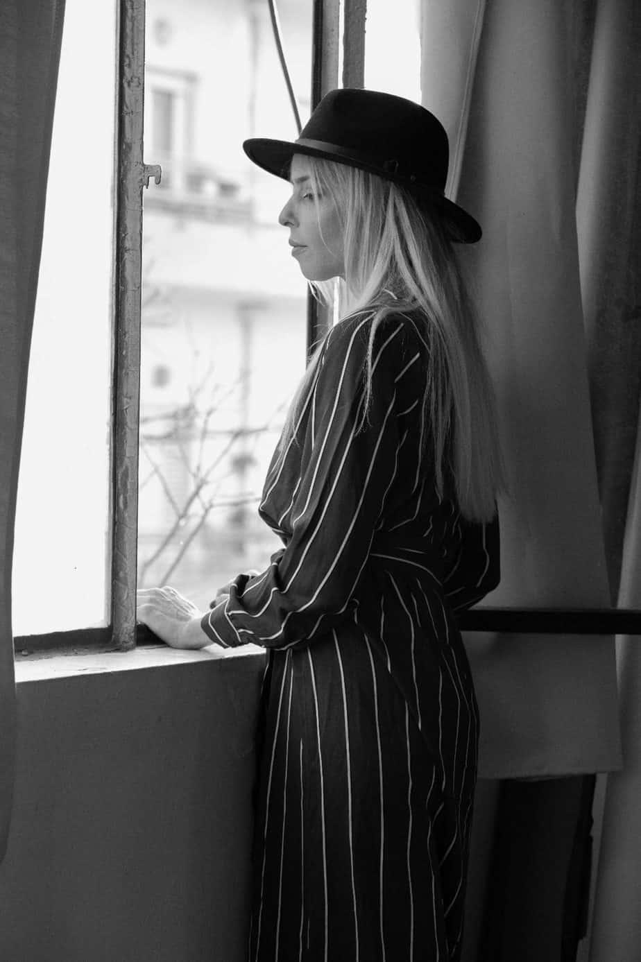 שמלה: H&M, כובע: מנגו. צילום שלומית איציק - Fashion Israel - מגזין אופנה