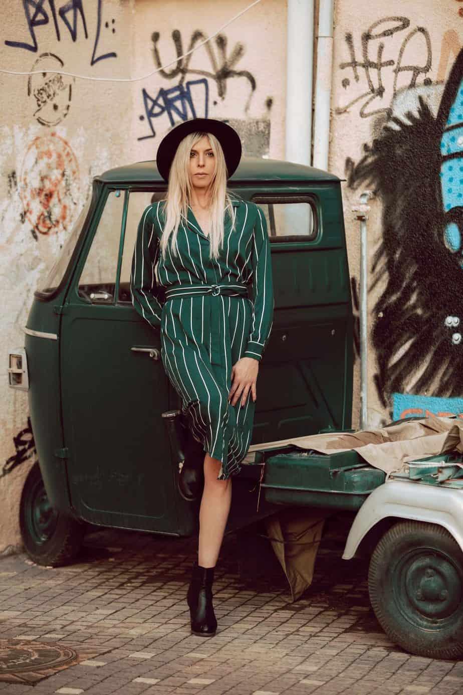 שמלה: H&M, כובע: מנגו. צילום: שלומית איציק - Fashion Israel - מגזין אופנה