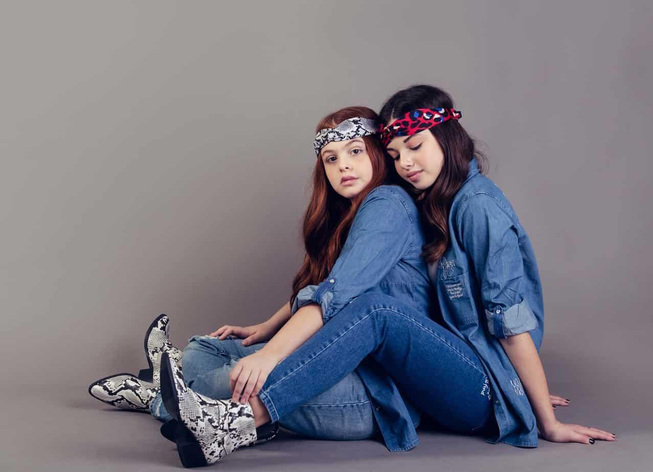 אור ואגם. חולצות וג׳ינס: קסטרו, סרטים לשיער: טופ טן. צילום שלומית איציק - Fashion Israel - מגזין אופנה