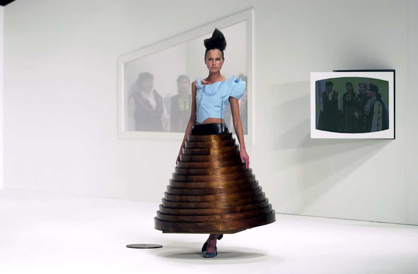חוסיין שאלאיין, Hussein Chalayan, Table skirt from after words, autumn-winter 2000- Photo credit Chris Moore @catwalking-66