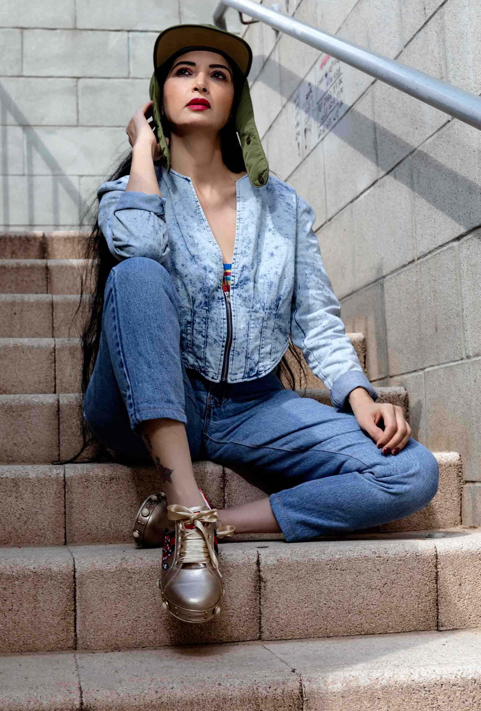 ג'ינס ליוויס גזרה גבוהה, טופ צבעוני וג'קט בהיר, כובע מצחיה ליוויס, מאיה אושרי כהן צילום שלומי טל, Fashion, fashion magazine, fashion week, fashion articles, fashionisrael, fashion Israel, אופנה, מגזין אופנה, שבוע אופנה, כתבות אופנה, חדשות אופנה