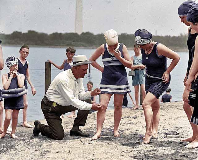 התמונה צולמה ב -1922, הנשים היו נתונות למשטרת בגדי ים