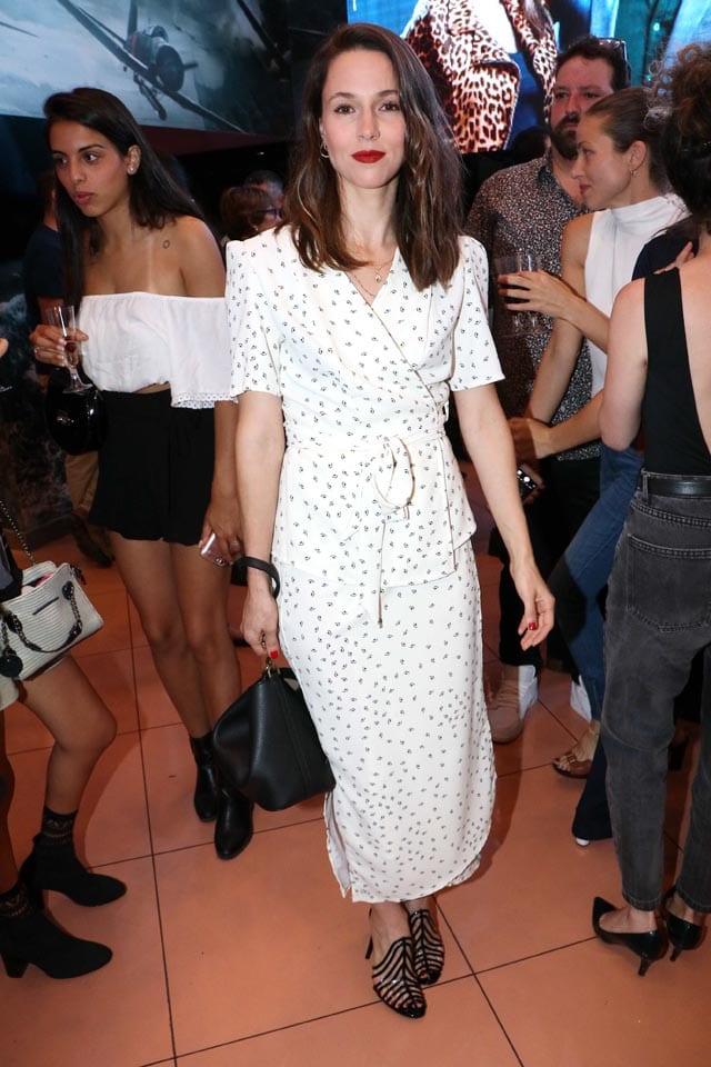 אלונה טל: בשמלת מעטפת מידי לבנה עם פרינט נקודות וסנדלים שחורות מושלמות נראתה קלאסית ושיקית, תואמת אירוע, שאפו! צילום: אמיר מאירי