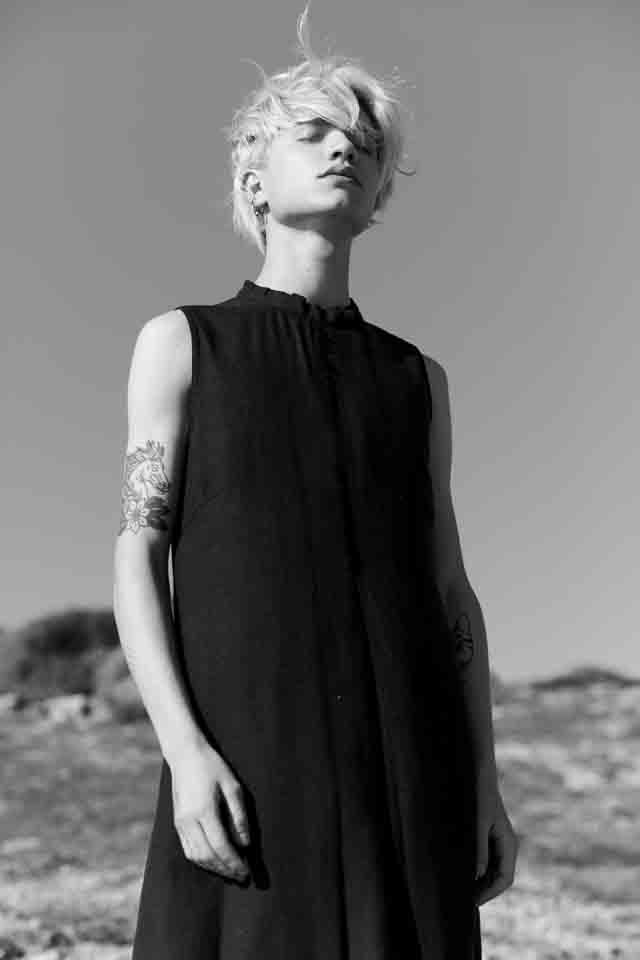 שמלה שחורה של JAHTA. צילום סטילס: אסף עייני. דוגמן: נדב סבירס, יולי מודלס