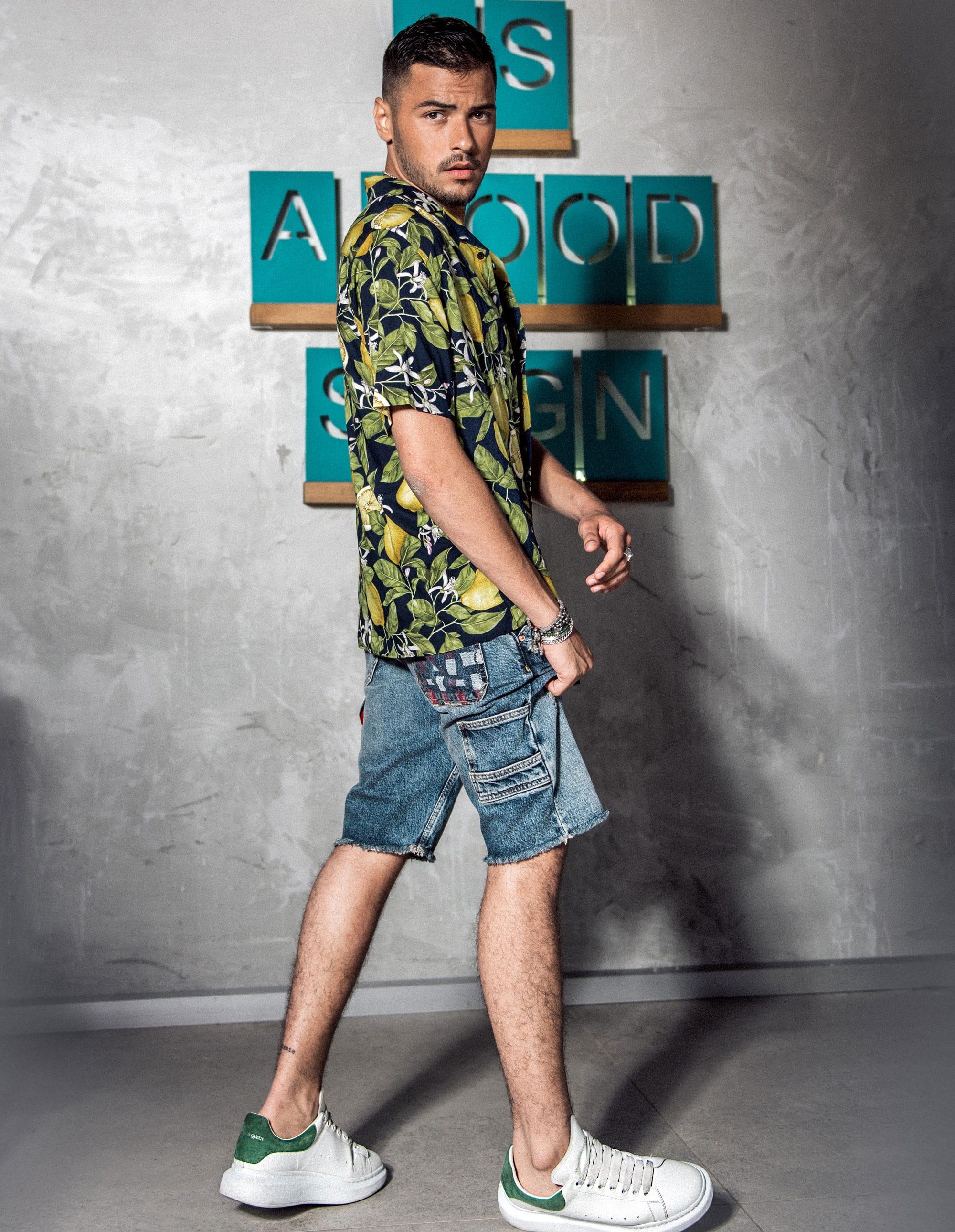 חולצה: H&M man, ג׳ינס: Tommy Hilfiger, נעליים: אלכסנדר מקווין. מצולמים: רועי סנדלר, בר סנדלר, צילום: דניס גצקיס, סטיילינג: אורי לשם, איפור: אורנה רימוק, הפקה: אורנה רביצקי ל- Fashion Israel, יח״צ: גלית קאשי23