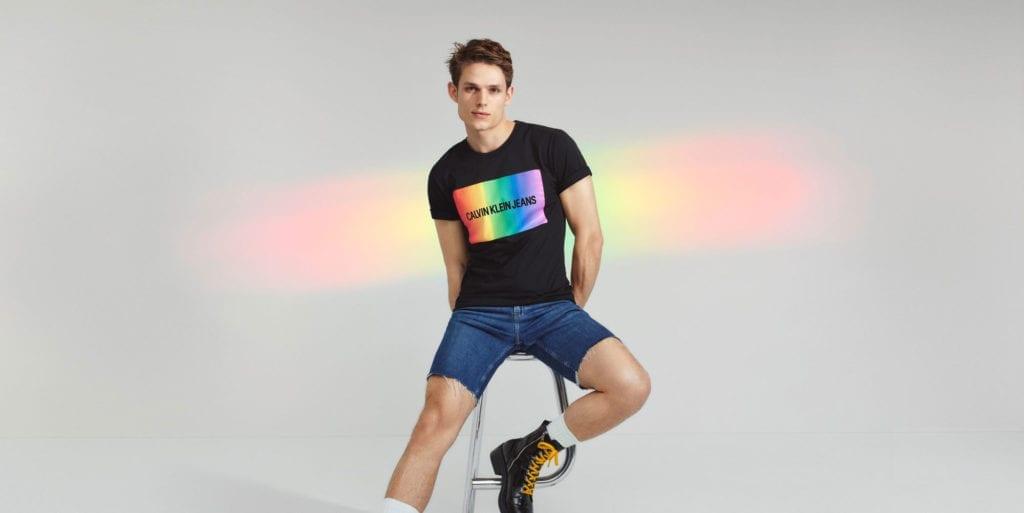 חולצת גאווה קלווין קליין. להשיג בפקטורי 54. צילום: יח״צ חו״ל - FACTORY54-CK-PRIDE-PHOTO-PR-(Custom)-(3)