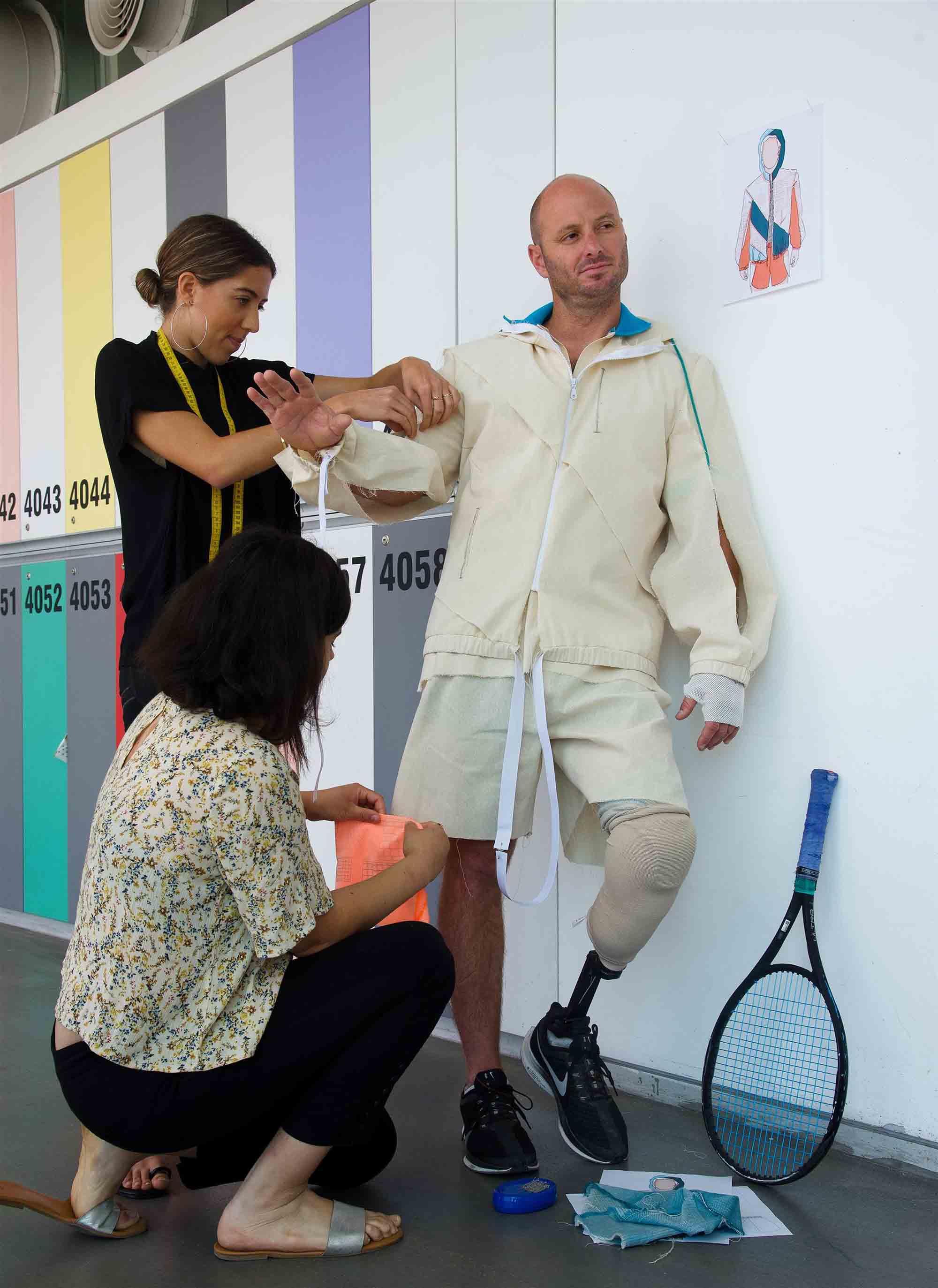 טניס כסאות גלגלים. הטנסאי אדם ברדצ'בסקי. שנקר: נועה גולדפדן ומיתר חכם, עיצוב אופנה