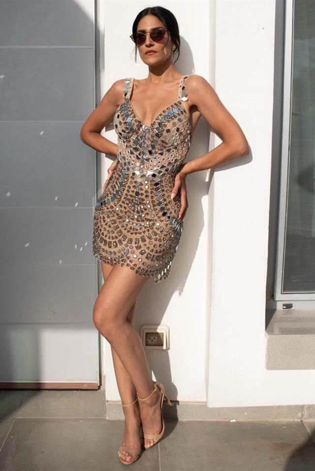 מגי אזרזר בשמלה של חזן צוקרמן. צילום: שיצו