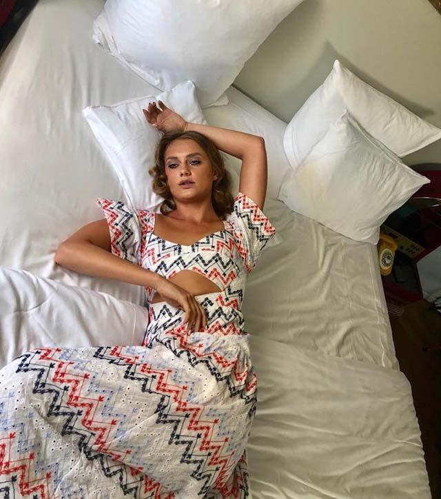 בדיוק ככה ארצה לזרוק את עצמי למיטה אחרי יום ארוך בעבודה. SABINA MUSSAYEV (תמונה מהפייסבוק של המעצבת).