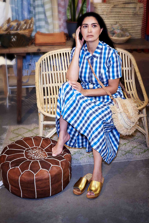 אופנה, חדשות אופנה, כתבות אופנה, שמלה עלמה משובצות כחולה, כפכפי עץ, תיק סל יבוא אישי - קרן שביט צילום kim kandler