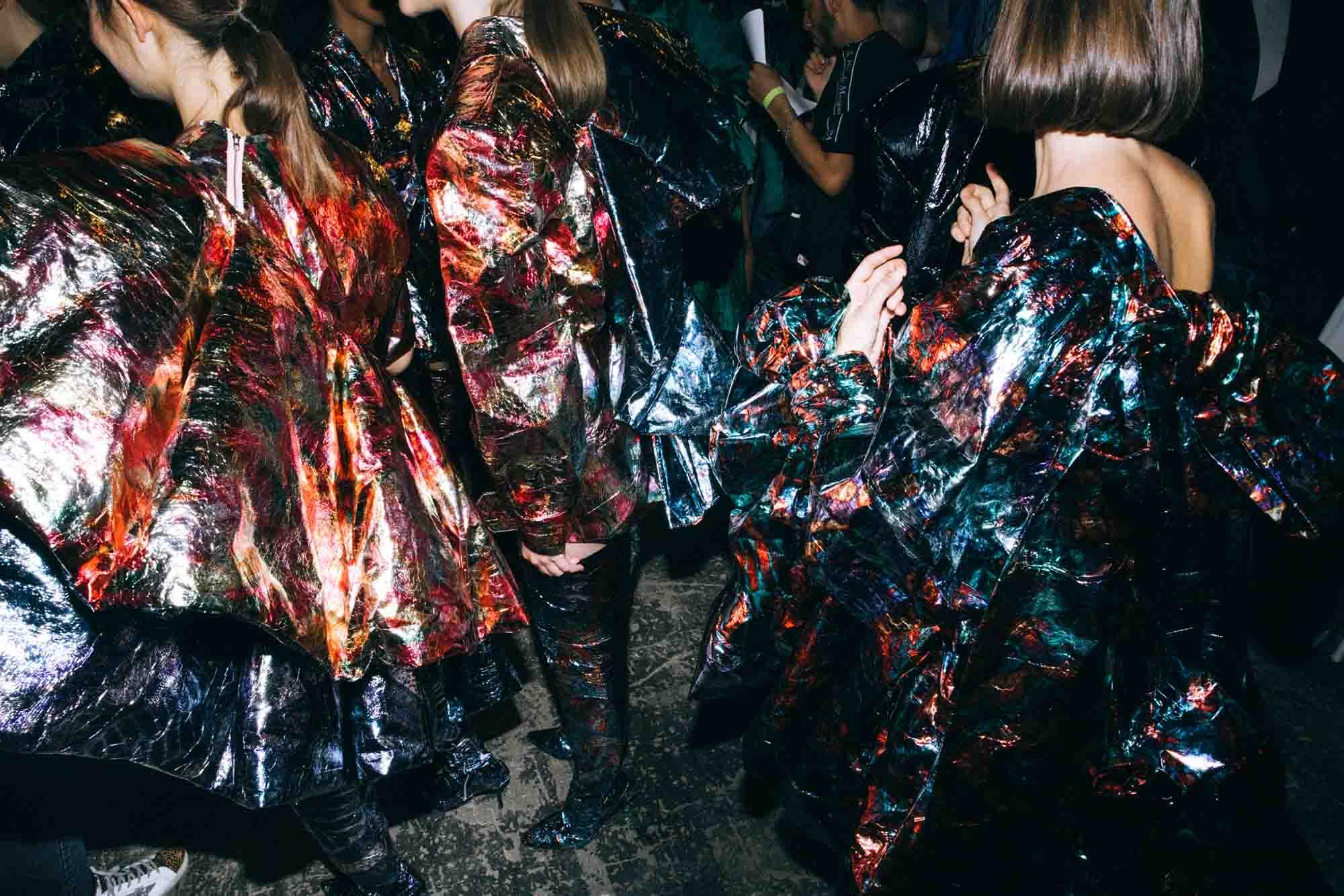 אופנה, חדשות אופנה, כתבות אפנה, שנקר, אבי עמרם, Backstage_at_Shenkar_fashion_show_2019._Photo_Adi_Segal_-_Avy_Amram_(2)