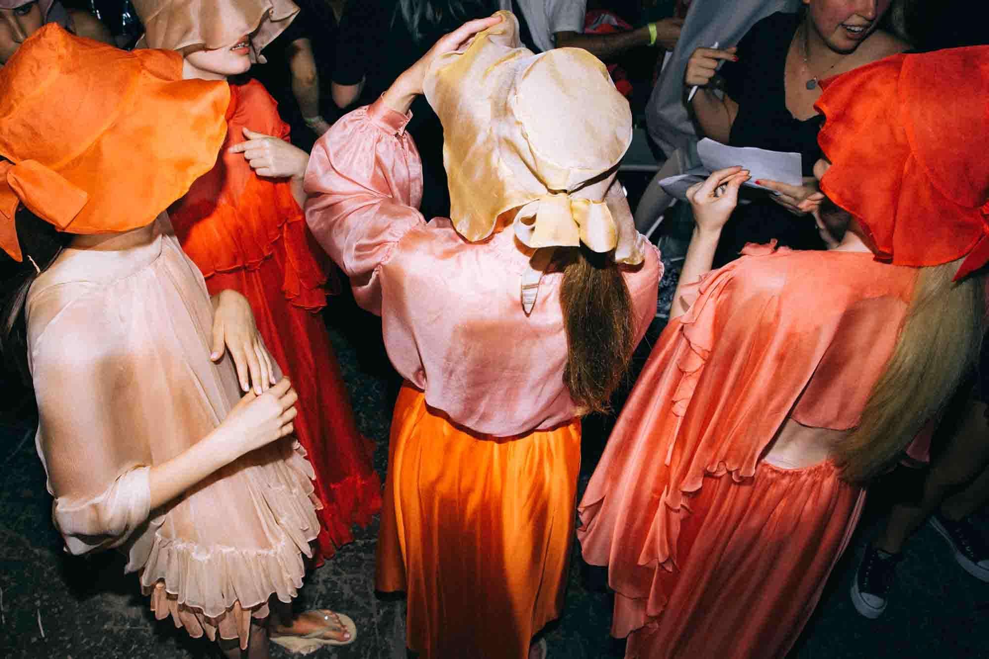 אופנה, חדשות אופנה, כתבות אפנה, שנקר 2019, צילום עדי סגל, נופר רפאלי, Backstage_at_Shenkar_fashion_show_2019._Photo_Adi_Segal_-_Nofar_Refaeli_collection_(2) -2