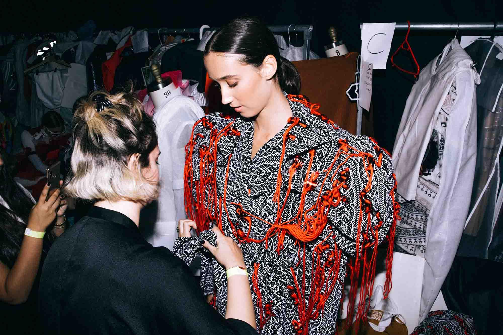 אופנה, חדשות אופנה, כתבות אפנה, שנקר 2019, צילום עדי סגל, רותם שאול , Backstage_at_Shenkar_fashion_show_2019._Photo_Adi_Segal_-_Rotem_Shaul_collection_(3) -