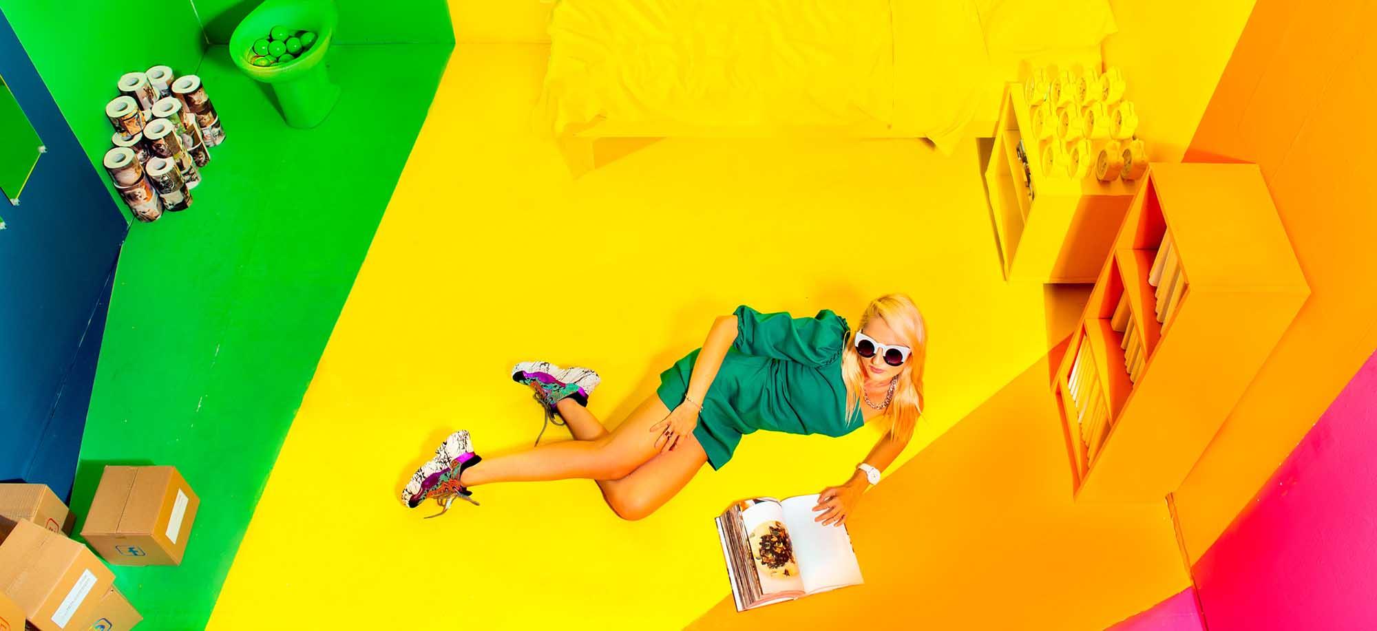 Fashion Israel, צלם דניס גרצקיס, סטיילינג דניאל צרויה, איפור נינה בלקניה, דוגמנית עינת רוכמן,שמלה: זארה, נעליים: אוסף פרטי, משקפיים: קרולינה למקה, שרשרת: אוסף פרטי-1