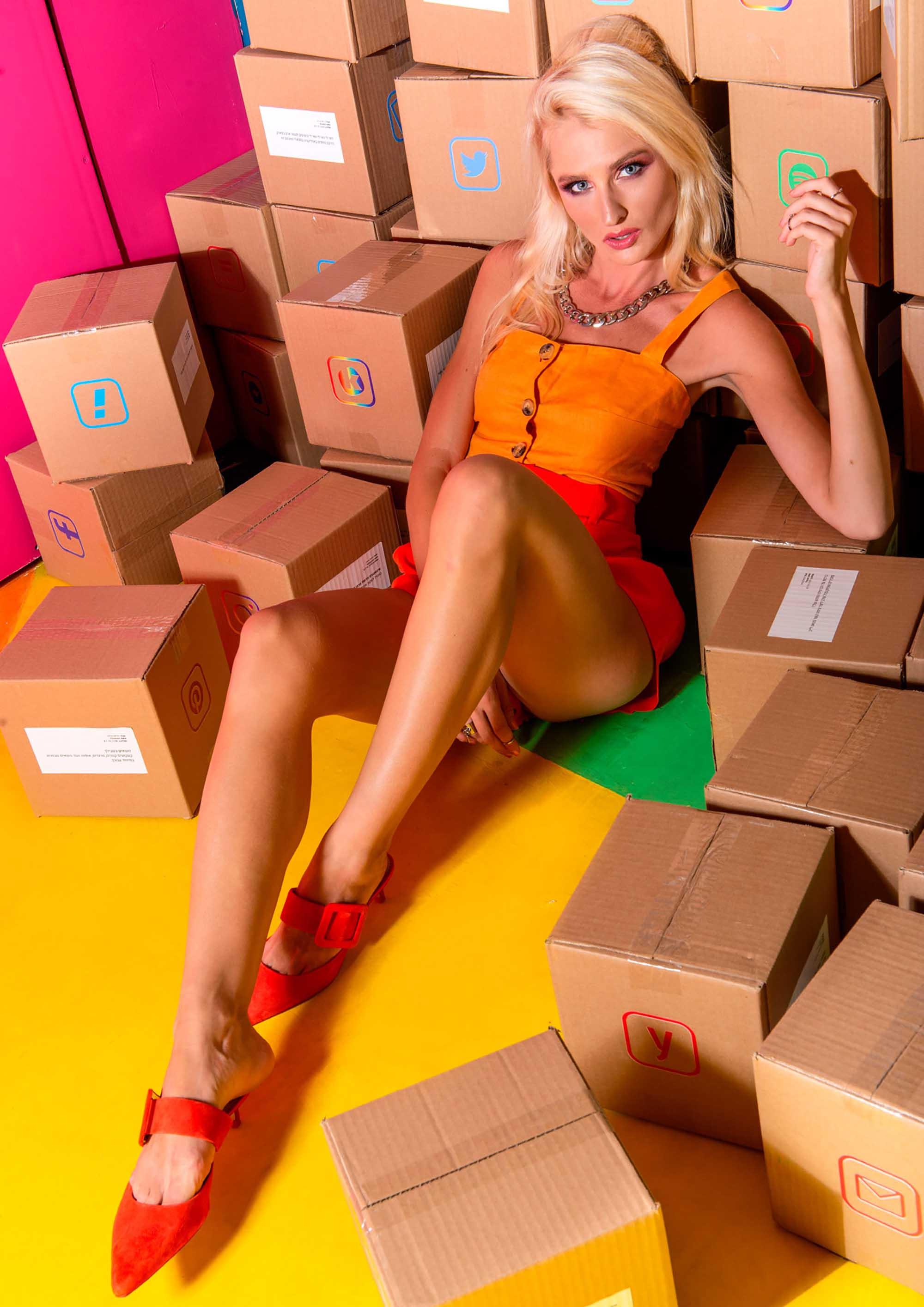 צלם דניס גרצקיס, סטיילינג דניאל צרויה, איפור נינה בלקניה, דוגמנית עינת רוכמן, גופייה: ברשקה, מכנס: זארה, נעליים: זארה, שרשרת: אוסף פרטי