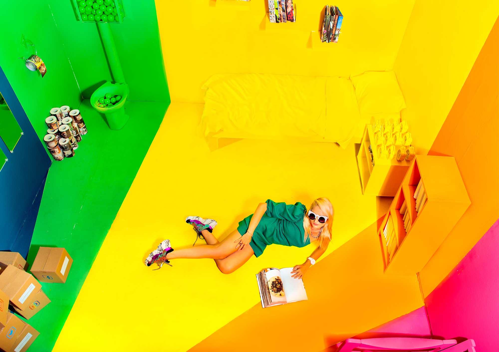 צלם דניס גרצקיס, סטיילינג דניאל צרויה, איפור נינה בלקניה, דוגמנית עינת רוכמן,שמלה: זארה, נעליים: אוסף פרטי, משקפיים: קרולינה למקה, שרשרת: אוסף פרטי