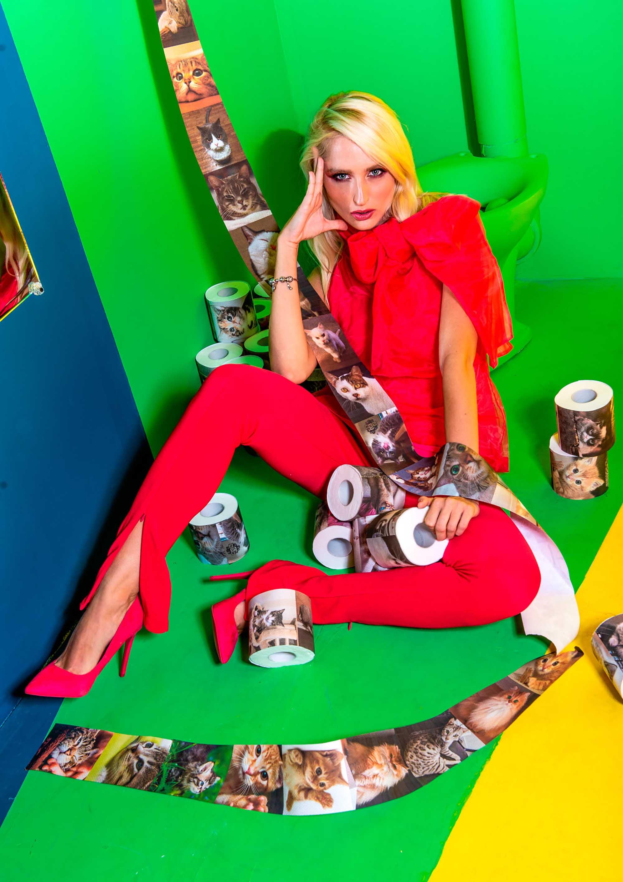 חולצה: זארה, מכנס: זארה, נעלים: ספרינג' הפקת אופנה, צלם דניס גרצקיס, סטיילינג דניאל צרויה, איפור נינה בלקניה, דוגמנית עינת רוכמן