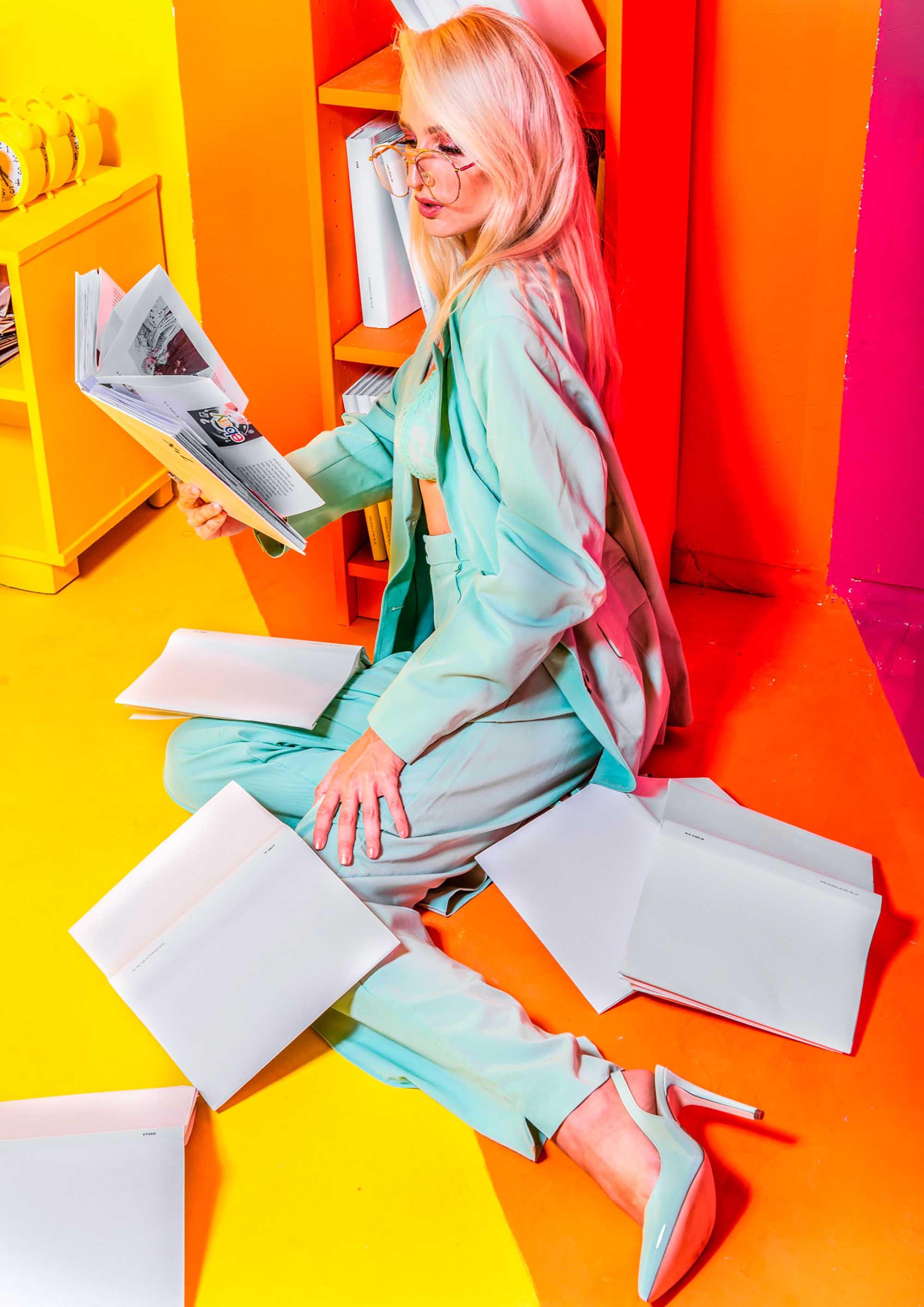 צלם דניס גרצקיס, סטיילינג דניאל צרויה, איפור נינה בלקניה, דוגמנית עינת רוכמן, חליפה: פול אנד בר, נעליים: ספרינג, חזייה: אוסף פרטי, משקפיים: וינטג׳