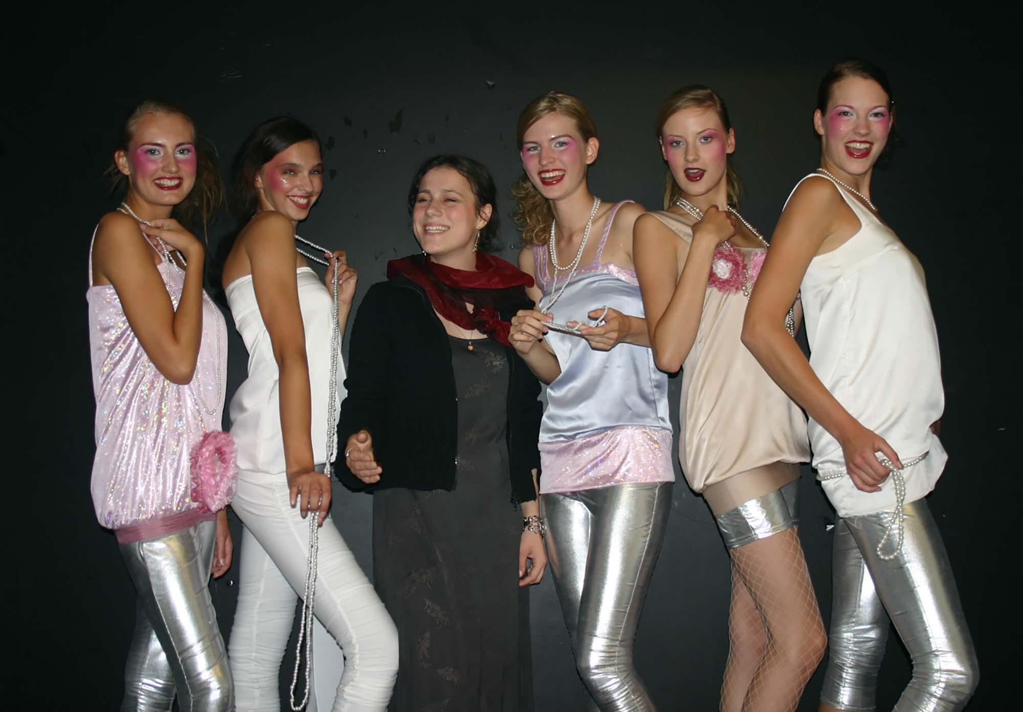 עיצוב אופנה של לאה לאוקשטיין. עבודת גמר בתיעון בריגה. צילום מהאלבום נמשפחתי