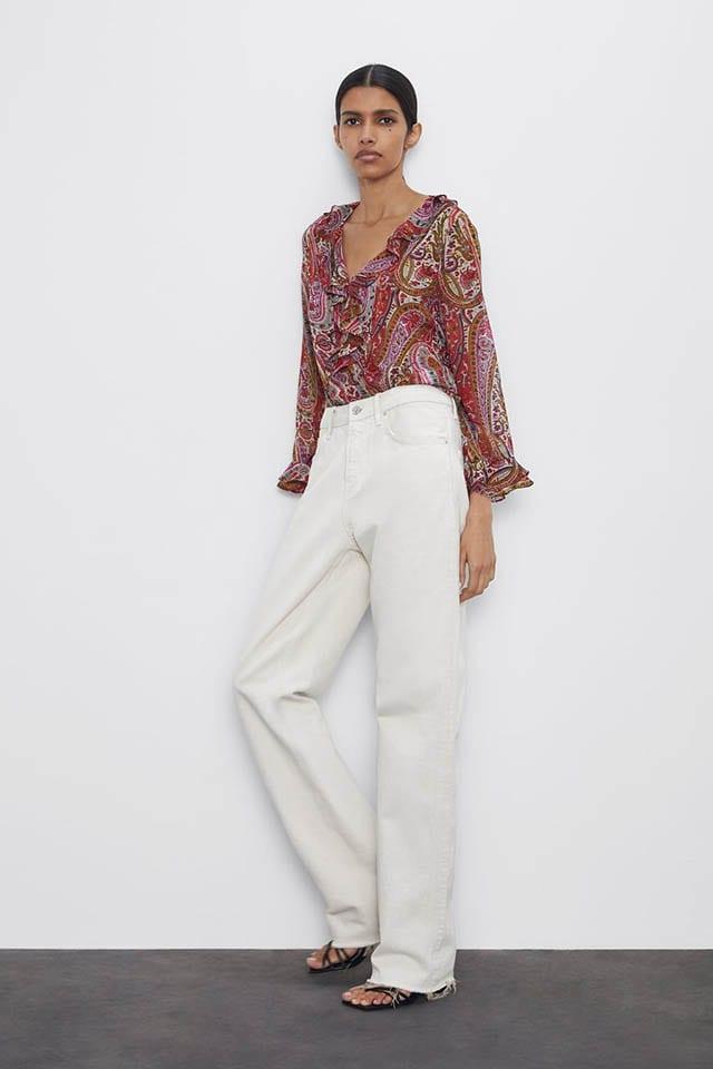 טרנדים 2020 זארה, חולצה עם מחשוף וי, שרוולים ארוכים ועיטורי וולאנים בצד הקדמי_ גובה הדוגמנית_ 177 ס_מ