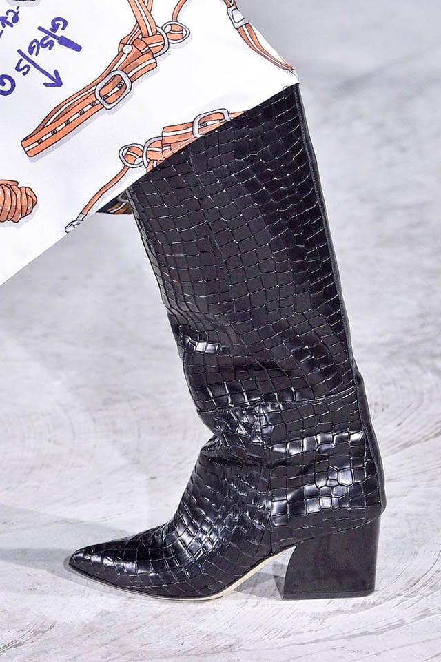 מגפיים עור נחש שחור, מגזין אופנה, חדשות אופנה