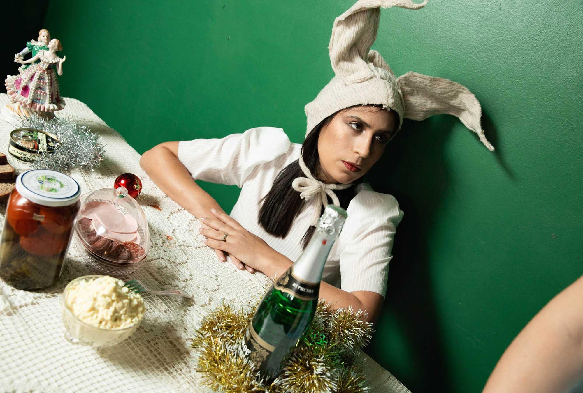 מגזין אופנה, נובי גוד, הפקות אופנה: צילום: הגר בדר, שמלות: רוני וילוז'ני, איפור: דנה ברכה, ארט: אלבינה צי'יז'יק, ציפורניים: מיכל בן יעקוב, תכשיטים: ilona rubin, לוקיישן: ״אינתא״