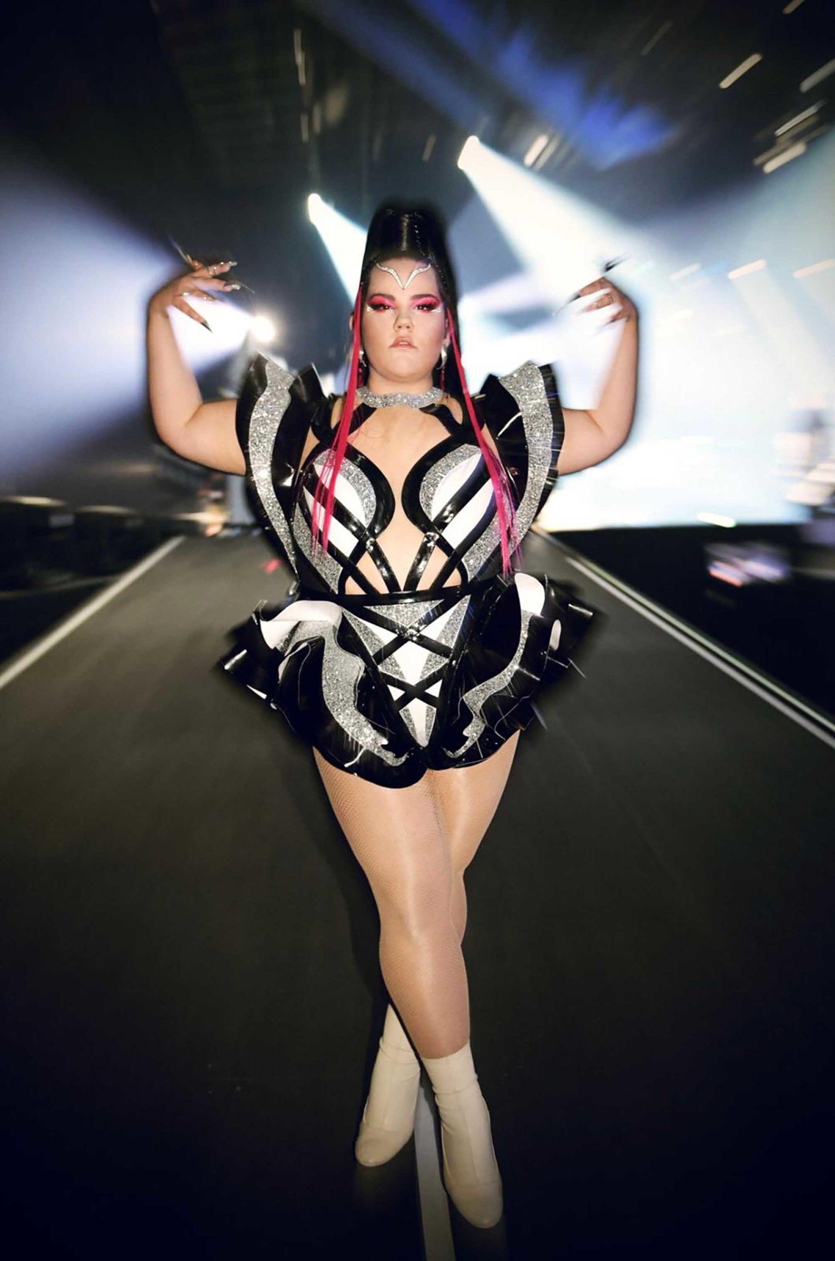 נטע ברזילי בשמלה של אלון ליבנה באירוויזיון 2019, צילום ערן לוי, מגזין אופנה