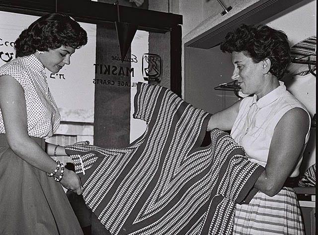 רות דיין ומלכת היופי שרה טל משכית 1956_מגזין אופנה