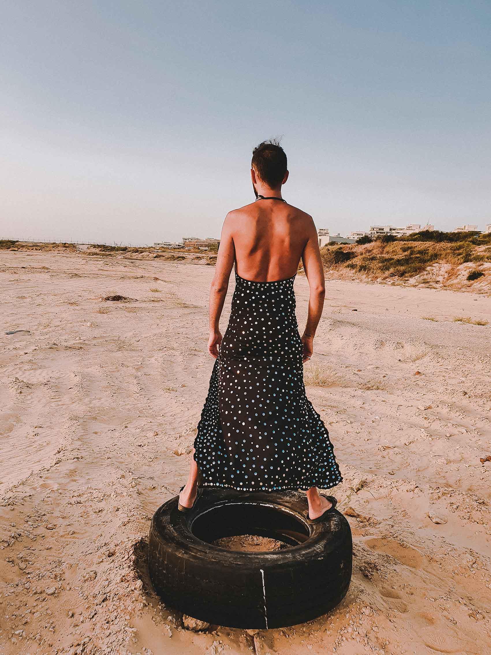 שמלה: שחר-רבן, כפכפים: בירקנשטוק