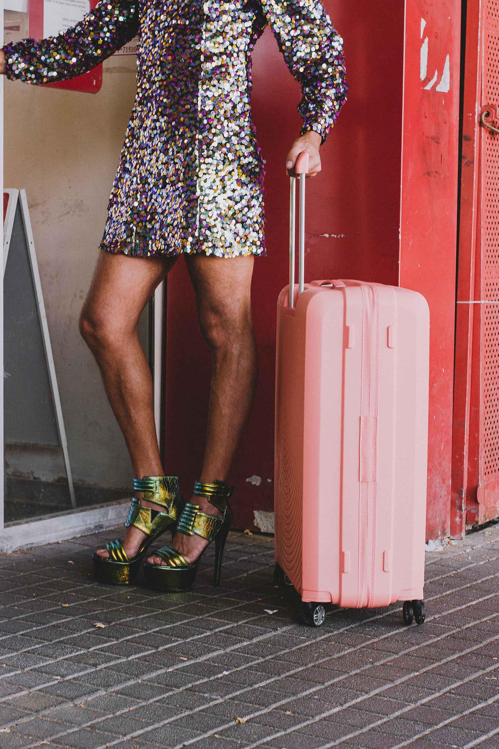 שמלה: שחר רבן, מזוודה: SAMSONIT, נעליים: עאוסף פרטי