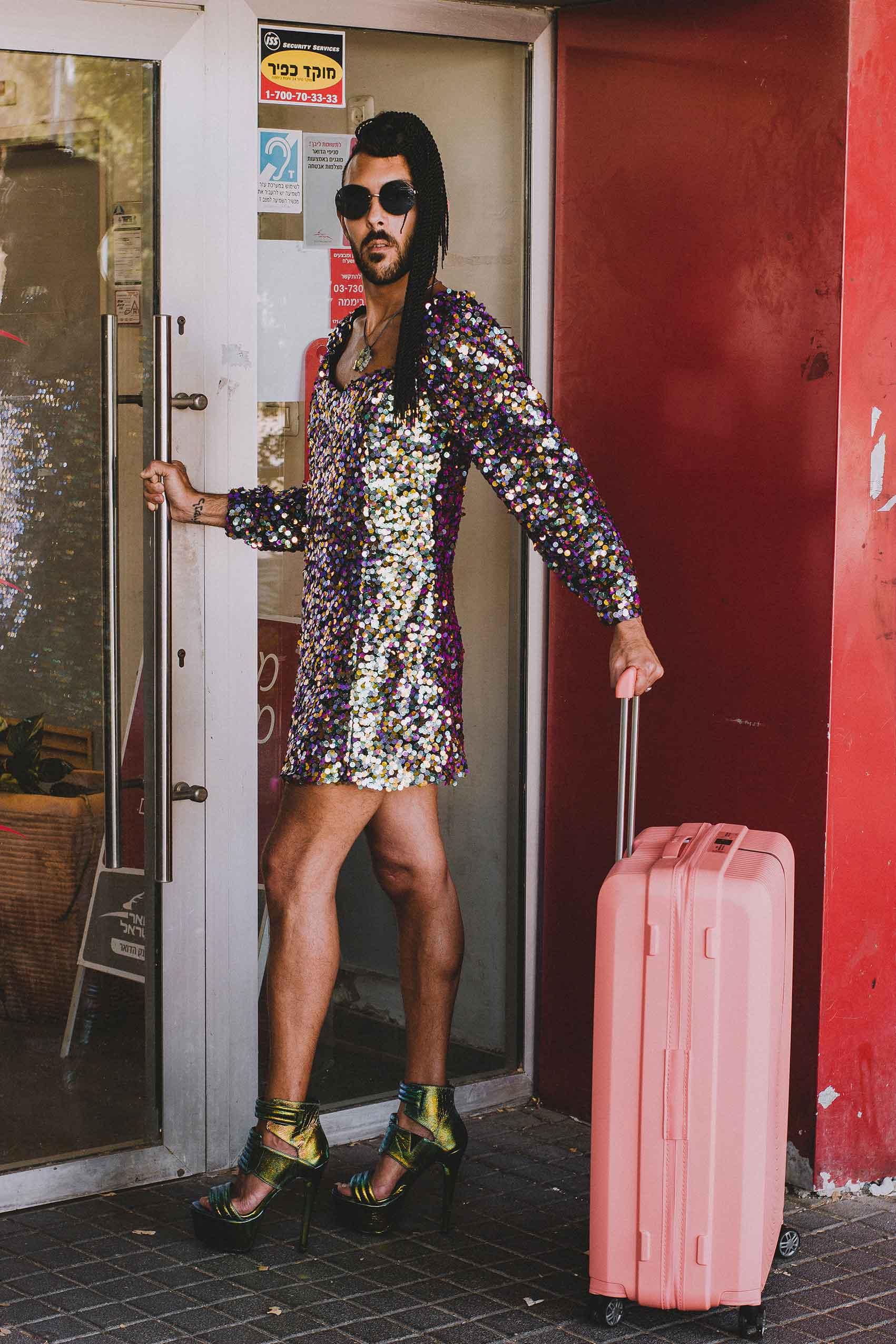 שמלה: שחר רבן, משקפיים: CHANEL, מזוודה: SAMSONIT