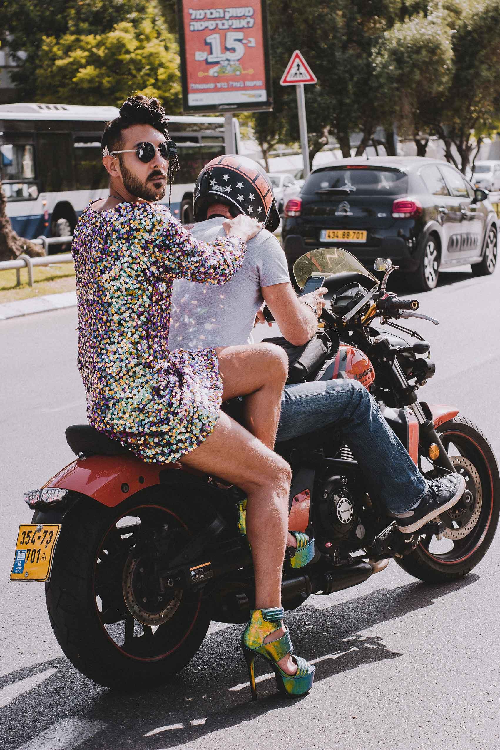 שמלה: שחר רבן, נעליים: אוסף פרטי, משקפיים: CHANEK, אופנוע: הארלי דוידסון