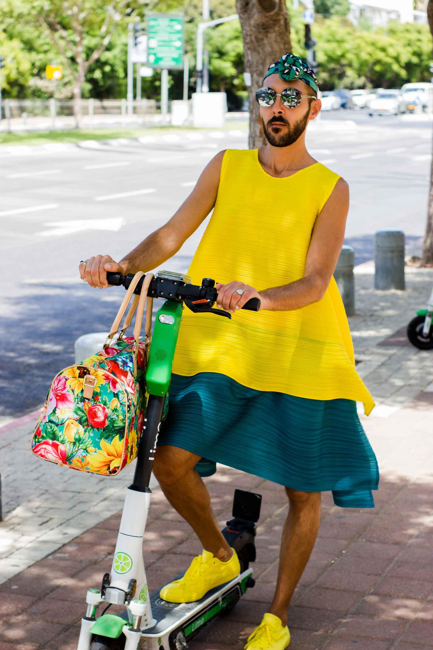 שמלה: שחר רבן, תיק: JOYRICH, מטפחת: אוסף פרטי, משקפיים: CHANEL, נעליים: Convers