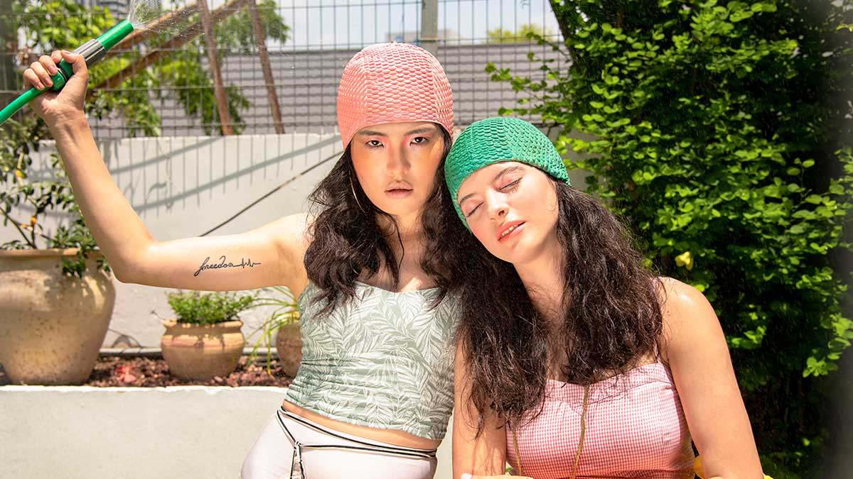 ימין נאיה: גופיה: Twenty for Seven תחתון: Aimee שרשרת: ODBA כובע ים: אוסף פרטי, שמאל טיאנו: גופיה: רנואר תחתון: אוסף פרטי-אופנה-2021
